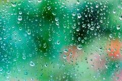 Wassertropfen auf Glas auf grünem Hintergrund Stockfotos