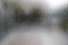 Wassertropfen auf Glasfenstern stockfoto