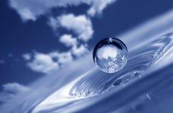 Wassertropfen auf Himmelhintergrund stockbild