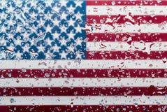 Wassertropfen auf Hintergrund der amerikanischen Flagge Flache Schärfentiefe Selektiver Fokus getont Stockbild