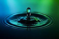 Wassertropfen auf Hintergrund des blauen Grüns Lizenzfreies Stockbild