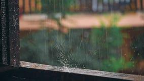Wassertropfen auf Holzmöbeloberfläche stock video footage