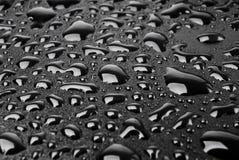 Wassertropfen auf Schwarzem Stockfoto