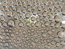 Wassertropfen der klaren Flasche Stockfoto