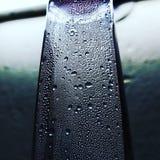 Wassertropfen der Plastikflasche Rosenwassers lizenzfreies stockbild