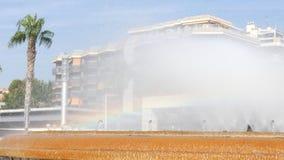 Wassertropfen, die auf Wasseroberfläche spritzen Schließen Sie oben vom Wasser-Brunnen Wasserstrahlspritzen stock video footage