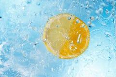 Wassertropfen, die auf Zitrone und Orange fallen Lizenzfreies Stockfoto