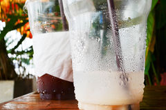 Wassertropfen in einem Restglas Lizenzfreie Stockfotografie
