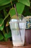 Wassertropfen in einem Restglas Stockfotografie