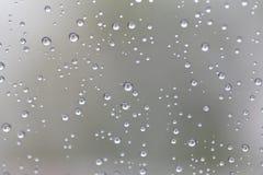 Wassertropfen für den Hintergrund auf zu extrahieren dem Glasautofenster Stockbilder