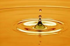 Wassertropfen im Gold Stockfotos