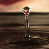 Wassertropfen mit Herzreflexion Stockfotografie