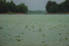 Wassertropfen schäumend im starken Regen lizenzfreie stockfotos