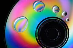 Wassertropfen und -farben auf CD Stockfotos