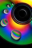 Wassertropfen und -farben auf CD Lizenzfreie Stockbilder