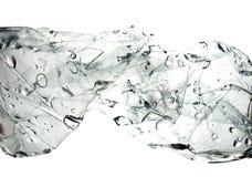 Wassertropfen in verdrehter Plastikflasche Stockfotografie