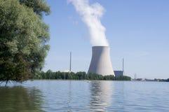Wasserturm eines Atomkraftwerks Lizenzfreie Stockfotos