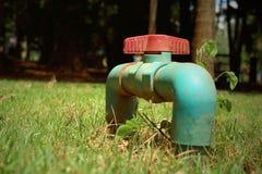 Wasserventil auf einem Grashintergrund Stockbild