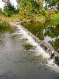 Wasserverdammung auf dem Fluss Lizenzfreie Stockfotos