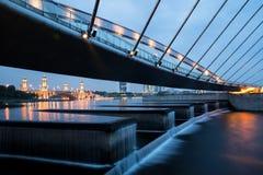 Wasserverdammung mit Brücke oben oben stockbild