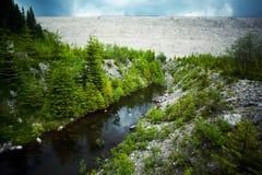 Wasserverdammung und -fluß Stockfoto