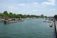 Wasserverkehr auf der Seine stockbild