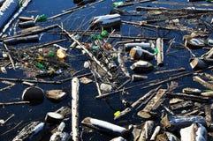 Wasserverschmutzung in einem See mit Abfall Stockfoto