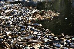 Wasserverschmutzung in einem See mit Abfall Stockfotografie