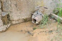 Wasserverschmutzungs-Abwasserrohr Stockbild