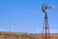 Wasservertiefung und Windturbinen stockfotos