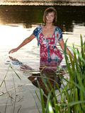 Wasservertikale der jungen Frau Stockfoto