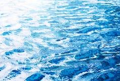 Wasserwelle im Swimmingpool-Beschaffenheitshintergrund Lizenzfreies Stockbild