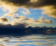 Wasserwolken und -sonnenuntergang Stockbilder