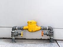 Wasserzähler in der gelben Farbe Stockbilder