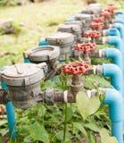 Wasserzähler und rotes Ventil Stockfotografie