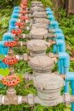 Wasserzähler und rotes Ventil Stockbild