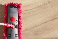 Wasstof op houten vloer met zwabber Stock Fotografie