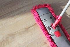 Wasstof op houten vloer met zwabber Stock Afbeeldingen