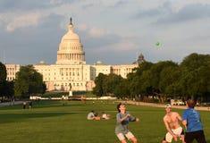 Waszyngton, DC - Czerwiec 02, 2018: Ludzie odpoczynków i bawić się piłkę dalej Zdjęcia Stock