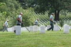 Waszyngton, DC - Czerwiec 01, 2018: Pracownicy koszą trawy na Arlington Zdjęcie Royalty Free