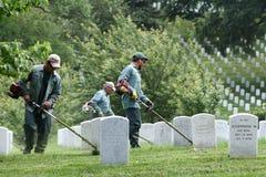 Waszyngton, DC - Czerwiec 01, 2018: Pracownicy koszą trawy na Arlington Obraz Royalty Free