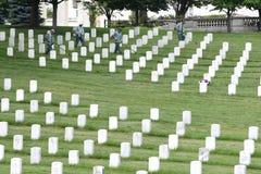 Waszyngton, DC - Czerwiec 01, 2018: Pracownicy koszą trawy na Arlington Obraz Stock