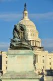 Waszyngton DC - Przed Capitol lew statua obrazy stock