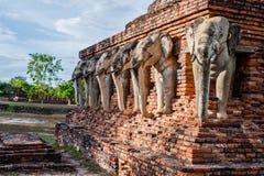 Wat张lom在历史Sukhothai附近的大象雕象 免版税库存图片