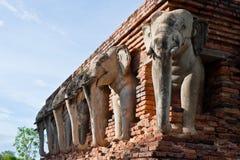 Wat张lom在历史Sukhothai附近的大象雕象 免版税图库摄影