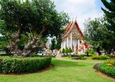 Wat查龙寺庙美丽如画的公园地区  免版税库存照片