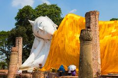 Wat的Khun Inthapramun美丽的斜倚的菩萨 库存照片