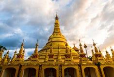 Wat的Suwan Khiri, Ranong,泰国Shwedagon塔 复制品  免版税库存图片