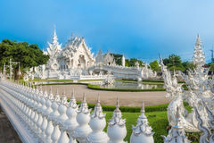 Wat荣Khun白色抽象寺庙和池塘有鱼的,在清莱,泰国 免版税库存图片