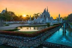 Wat荣KhunWhite templeat日落在清莱,泰国 免版税库存图片